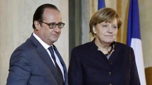 الرئيس الفرنسي فرانسوا هولاند يرحب بالمستشارة الامانية انغيلا ميركل في قصر الاليزيه في باريس، 25 نوفمبر 2015 (PATRICK KOVARIK / AFP)