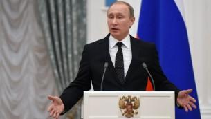 الرئيس الروسي فلاديمير بوتين خلال مؤتمر صحفي في موسكو مع نظيره الفرنسي فرانسوا هولاند، 26 نوفمبر 2015 (STEPHANE DE SAKUTIN / POOL / AFP)
