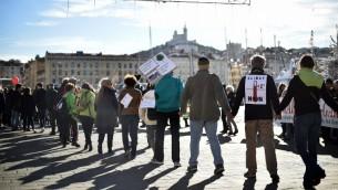 """سلسلة بشرية في مارسيليا للتنديد ب """"حالة الطوارىء المناخية""""، 29 نوفمبر 2015 (BERTRAND LANGLOIS / AFP)"""