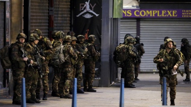 جنود فرنسيين خلال مداهمة في سان دوني بضاحية باريس الشمالية لشقة فيها افراد في الخلية التي نفذت اعتداءات باريس، 18 نوفمبر 2015 (KENZO TRIBOUILLARD / AFP)