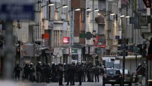 عناصر الشرطة الفرنسية خلال مداهمة في سان دوني بضاحية باريس الشمالية لشقة فيها افراد في الخلية التي نفذت اعتداءات باريس، 18 نوفمبر 2015 (KENZO TRIBOUILLARD / AFP)