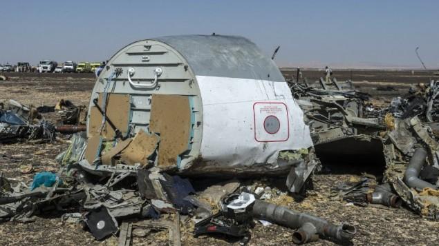 حطام من طائرة  A321 الروسية بعد يوم من تحطمها في وادي الظلمات، وهي منطقة جبلية في شبه جزيرة سيناء، 1 نوفمبر، 2015. (AFP/KHALED DESOUKI)
