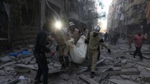 طواقم اسعاف سورية تحمل جثمان بعد غارة جوية في الجزء الواقع تحت سيطرة المعارضة في مدينة حلب، 3 نوفمبر 2015 (Baraa al-Halabi/AFP)
