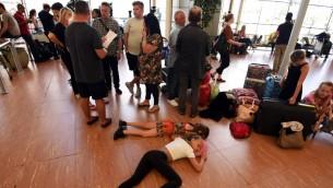 سياح ينتظرون في مطار شرم الشيخ للعودة الى بلادهم مع الغاء بعض الرحلات الى بريطانيا، 6 نوفمبر 2015 (MOHAMED EL-SHAHED / AFP)