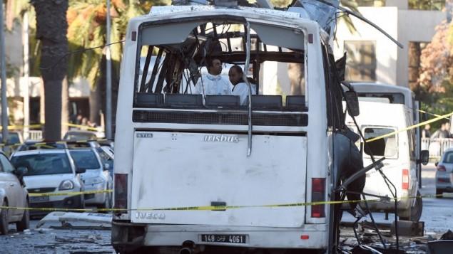 الشرطة الشرعية التونسية تتفحص موقع تفجير حافلة الحرس الرئاسي في العاصمة تونس، 25 نوفمبر 2015 (FETHI BELAID / AFP)