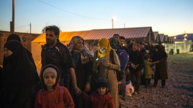 مهاجرون ينتظرون قطار متجه الى صربيا من الحدود بين اليونان ومقدونيا، 12 نوفمبر 2015 (ROBERT ATANASOVSKI / AFP)