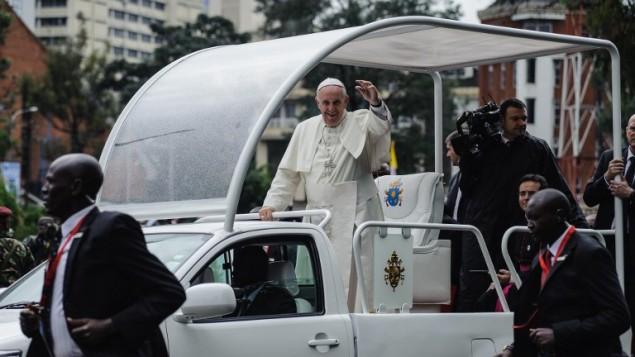 البابا فرنسيس يصل جامعة نيروبي لاداء صلاة جماعية، 26 نوفمبر 2015 (JENNIFER HUXTA / AFP)