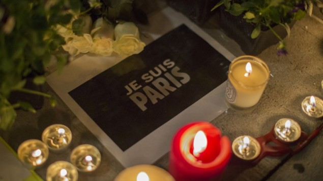 رسالى تضامن مع فرنسا في نصب تذكاري مؤقت خارج القنصلية الفرنسية في  لوس أنجلوس بولاية كاليفورنيا، 14 نوفمبر، 2015. (AFP/ DAVID MCNEW)
