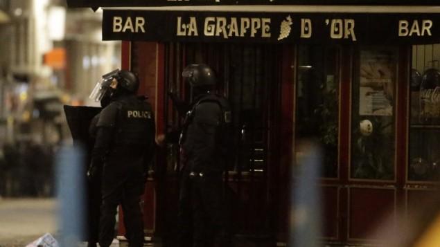 عملية للشرطة في سان دوني بضاحية باريس الشمالية، 18 نوفمبر 2015 (KENZO TRIBOUILLARD / AFP)