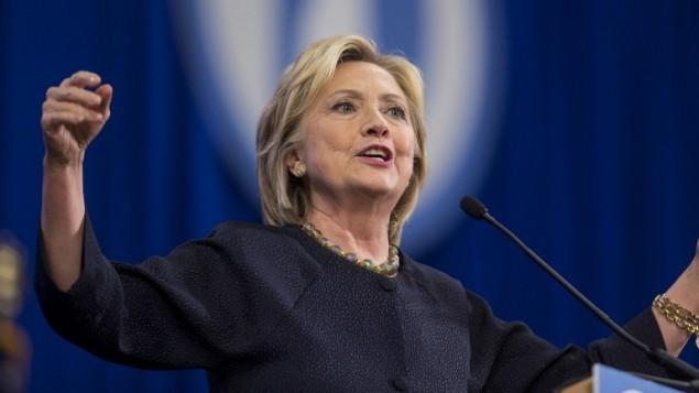 المرشحة للرئاسة من قبل الحزب الديمقراطي هيلاري كلينتون في مؤتمر للحزب الديمقراطي، 19 سبتمبر 2015 (Scott Eisen/Getty Images/AFP)
