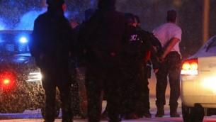 الشرطة الأمريكية تعتقل المشتبه به في عملية اطلاق النار داخل عيادة لتنظيم الأسرة في ولاية كولورادو، 27 نوفمبر 2015 (Justin Edmonds/Getty Images/AFP)