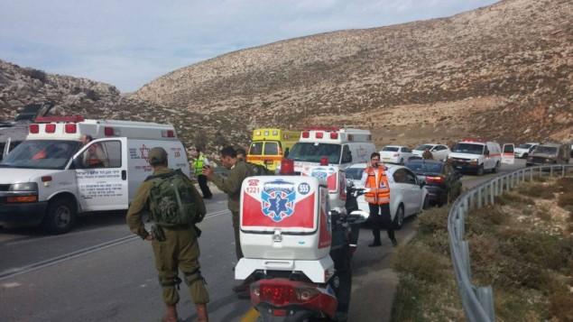 موقع انقلاب حافلة في الضفة الغربية حيث قتل احد الركاب واصيب العشرات، 26 نوفمبر 2015 (Medabrim Communications/United Hatzalah)