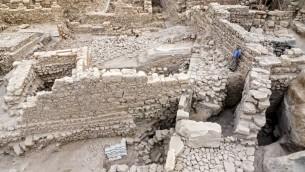 """بقايا قلعة """"حقرا"""" وبرج في """"مدينة داود"""" في القدس (Assaf Peretz/courtesy of the Israel Antiquities Authority)"""