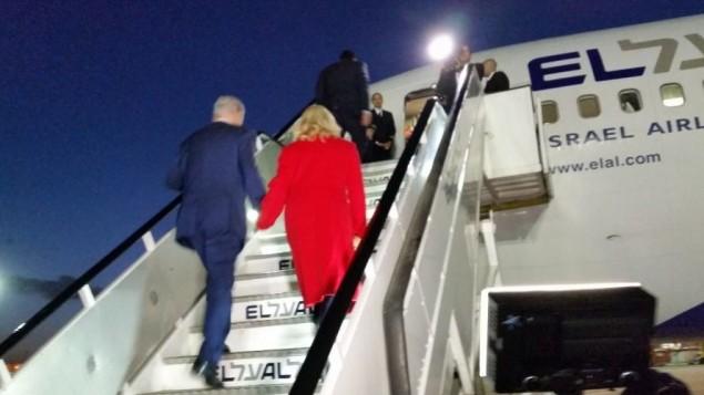 رئيس الوزراء بنيامين نتنياهو وزوجته سارة يصعدان الى طيارة متجهة الى باريس، 30 نوفمبر 2015 (Raphael Ahren/The Times of Israel)