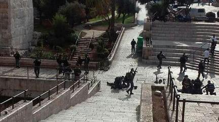 لقطة شاشة من هجوم طعن في البلدة القديمة في القدس السبت، 10 أكتوبر، 2015 أُصيب فيه ثلاثة من عناصر الشرطة الإسرائيلية، أحدهم بجروح خطيرة.  منفذ الهجوم قُتل بعد إطلاق النار عليه. (لقطة شاشة/القناة 2)