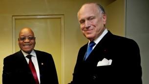 رئيس جنوب افريقيا جيكوب زوما مع رئيس الكونغرس اليهودي العالمي رونالد لاودر في اجتماع للقادة اليهود في يوهانسبرغ، 22 نوفمبر 2015 (Ilan Ossendrywer)
