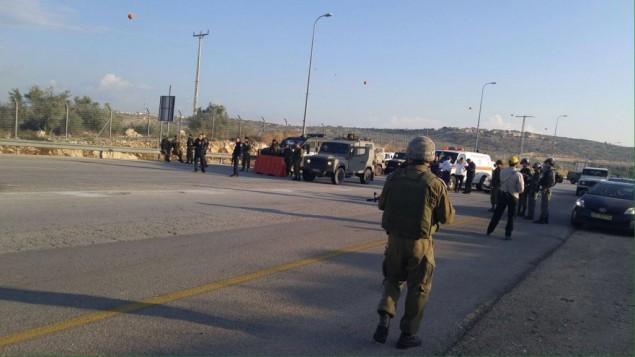 """جنود إسرائيليون في موقع  محاولة هجوم طعن تم إحباطها في معبر """"إلياهو"""" بالضفة الغربية، الإثنين، 9 نوفمبر، 2015. (Defense Ministry)"""