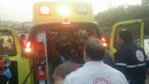 نقل إسرائيلي مصاب في سيارة الإسعاف إلى مستشفى في القدس في أعقاب ما يشتبه بأنه هجوم دهس بالقرب من الخليل، 4 نوفمبر، 2015. (نجمة داوود الحمراء)