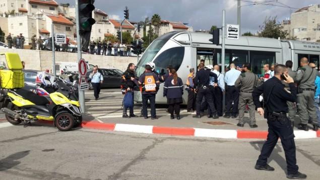 """الشرطة وحراس الأمن والمسعفون يصلون إلى موقع هجوم الطعن في حي """"بيسغات زئيف"""" بمدينة القدس، 10 نوفمبر، 2015. (نجمة داوود الحمراء)"""