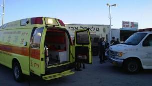 سيارة اسعاف نجمة داود الحمراء في مكان هجوم طعن في شارع 443 بالقرب من القدس، 23 نوفمبر 2015 (Magen David Adom)