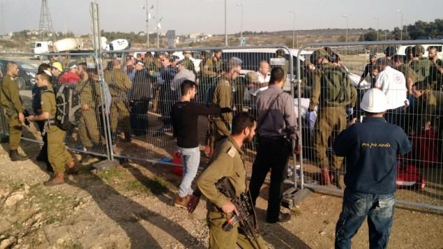 جنود ومارون في مكان وقوع هجوم طعن في مفترق عتصيون في الضفة الغربية، 2 نوفمبر 2015 (Judah Ari Gross)