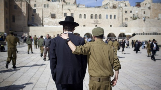 جندي اسرائيلي ورجل يهودي متشدد (Yonatan Sindel/Flash90)