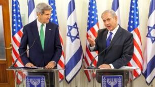 رئيس الوزراء بينيامين نتنياهو (من اليمين) ووزير الخارجية الأمريكي جون كيري (من اليسار) خلال مؤتمر صحافي في القدس، 15 سبتمبر، 2013. (Emil Salman/Pool/Flash90)