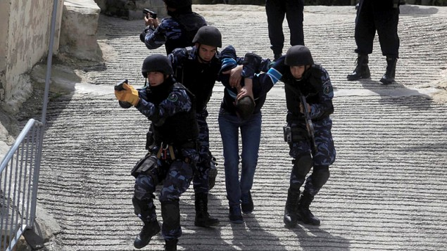 رجال شرطة فلسطينيين خلال تدريب لقوة خاصة للشرطة الفلسطينية في مدينة رام الله بالضفة الغربية في 2014. (Issam Rimawi/Flash90)
