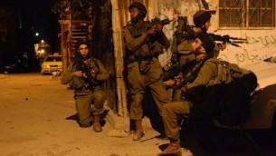 صورة توضيحية لجنود إسرائيليين خلال دوريات بحث في الضفة الغربية، 16 يونيو، 2014. (المتحدث بإسم الجيش الإسرائيلي/ FLASH90)