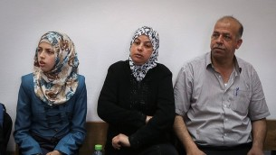 والدي محمد ابو خضير وشقيقته في المحكمة المركزية في القدس خلال جلسة حول مقتل محمد ابو خضير، 8 يونيو 2015 (Hadas Parush/Flash90)