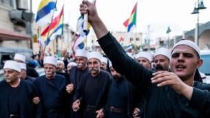 دروز إسرائيليون يلوحون بالأعلام خلال تظاهرة بلدة يركا، دعما لدروز سوريا، 14 يونيو، 2015 (Basel Awidat/Flash90)