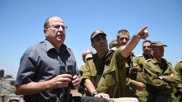 وزير الدفاع موشيه يعالون في هضبة الجولان، شمال إسرائيل، 39 يونيو، 2015، ينظر باتجاه سوريا. (Eden Moladavski/Ministry of Defense)