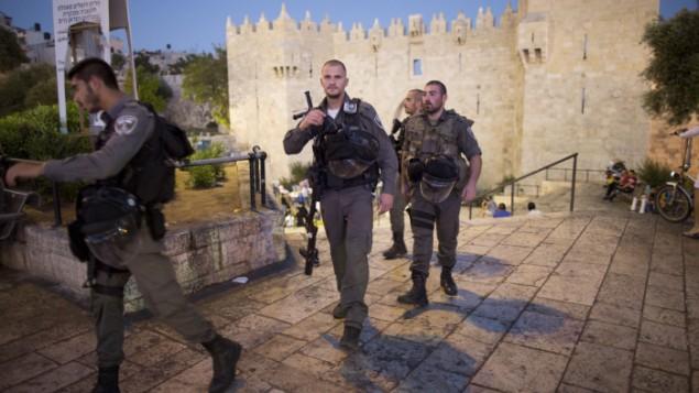 صورة توضيحية: عنصلا من شرطة حرس الحدود عند باب العامود في البلدة القديمة بمدينة القدس. (Yonatan Sindel/Flash90)