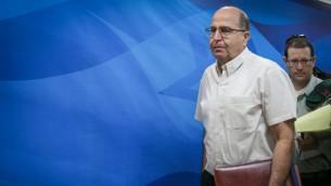 وزير الدفاع موشيه يعالون يصل جلسة الحكومة الاسبوعية في القدس، 6 سبتمبر 2015 (Ohad Zwigenberg)