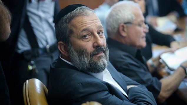 وزير الاقتصاد ارييه درعي في القدس، 25 اكتوبر 2015 (Alex Kolomoisky/POOL)