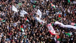 فلسطينيون يحملون جثث منفذي هجمات في شوارع الخليل خلال جنازة ضخمة في الضفة الغربية، 31 أكتوبر، 2015. (Flash90)