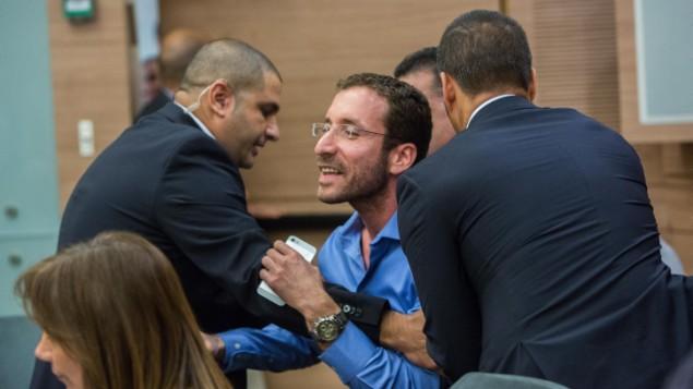 إخراج عضو الكنيست إيتسيك شمولي من من جلسة ناقشت قضية منظمة 'لهافا' الإسرائيلية المناهضة للإنصهار في لجنة الشؤون الداخلية في الكنيست، 10 نوفبمر، 2015. (Yonatan Sindel/FLASH90)