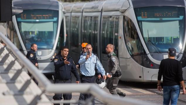 قوات الأمن الإسرائيلية في موقع هجوم الطعن في القطار الخفيف في حي بيسغات زئيف شمال القدس، 10 نوفمبر، 2015. (Yonatan Sindel/Flash90)