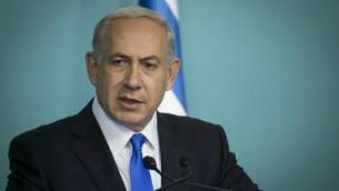 رئيس الوزراء بينيامين نتنياهو خلال إدلائه ببيان للصحافة حول قرار المجلس الأمني الوزراي بحظر الفرع الشمالي للحركة الإسلامية في إسرائيل، 17 نوفمبر، 2015. (Haim Zach / GPO)