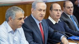رئيس الوزراء بنيامين نتنياهو خلال الجلسة الاسبوعية للحكومة في مكتب رئيس الوزراء في القدس، 15 نوفمبر 2015 (Emil Salman/POOL)