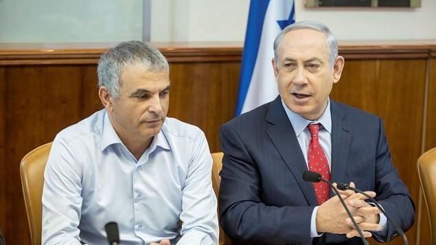 رئيس الوزراء بنيامين نتنياهو ووزير المالية موشيه كحلون خلال جلسة الحكومة الاسبوعية في القدس، 15 نوفمبر 2015 (Emil Salman/POOL)