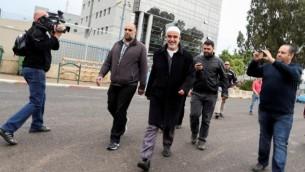 الشيخ رائد صلاح، رئيس الفرع الشمالي للحركة الإسلامية في إسرائيل، بعد تحدثه مع الإعلام في أعقاب قرار المجلس الوزاري الأمني بحظر الحركة. (17 نوفمبر، 2015).