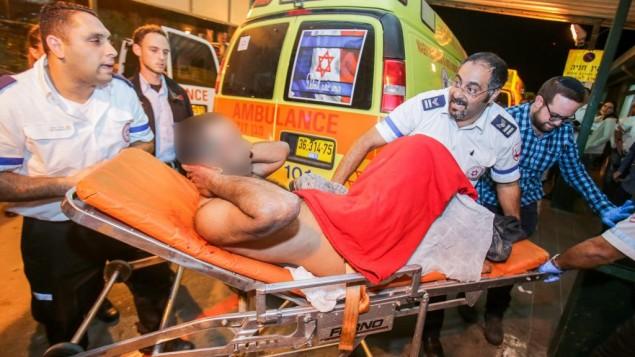 طواقم الإسعاف تنقل رجلا إسرائيليا إلى وحدة الطوارئ في مستشفى برزيلاي في أشكلون بعد إصابته في هجوم طعن وقع في مدينة كريات غات جنوبي إسرائيل، 21 نوفمبر، 2015. (Edi Israel/Flash90)