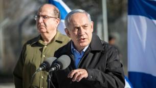 رئيس الوزراء بينيامين نتنياهو ووزير الدفاع موشيه يعالون خلال زيارة إلى مفرق غوش عتصيون يوم الإثنين، 23 نوفمبر، 2015 (Emil Salman/Haaretz/Pool)