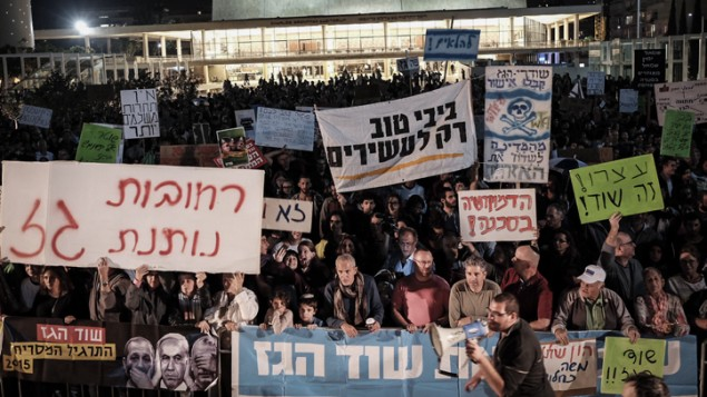 اسرائيليون يحتجون في مركز تل ابيب على اتفاق يعتبرون انه سيتيح لكونسورتيوم غاز اسرائيلي امريكي احتكار موارد الغاز الاسرائيلية، 28 نوفمبر 2015 (Tomer Neuberg/Flash90)