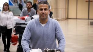 النائب ينون ماغال من حزب البيت اليهودي يصل مطار بن غوريون الدولي، 30 نوفمبر 2015 (Flash90)