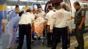 نقل شرطي من عناصر حرس الحدود أُصيب في هجوم دهس بالقرب من قرية بيت عينون الفلسطينية إلى مستشفى في القدس، 1 نوفمبر، 2015. (Aba Ritzman /MDA)