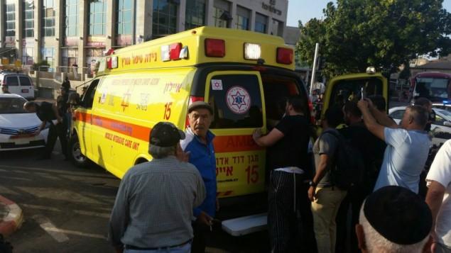 سيارة اسعاف تخلي احد المصابين بهجوم الطعن في مدينة ريشون لتسيون، 2 نوفمبر 2015 (MDA)