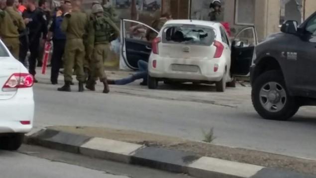 جنود في موقع هجوم الدهس في مفرق تبواح بالضفة الغربية، الأحد، 8 نوفمبر، 2015. (Raya Bloch)