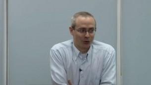 ران باراتس يعطي محاضرة في مركز الدولة اليهودية (screen capture: YouTube/mmedinaut)